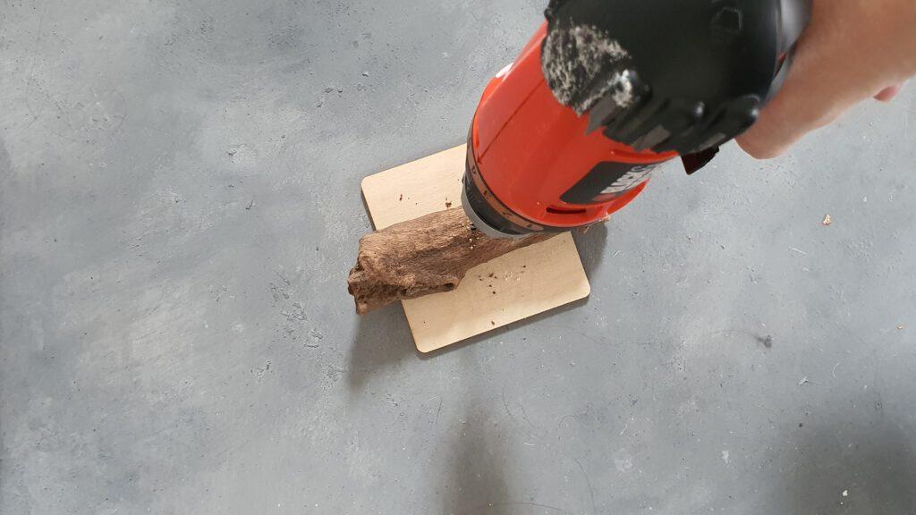 DIY Treibholz Boot Schritt 1: Loch in das Holz bohren