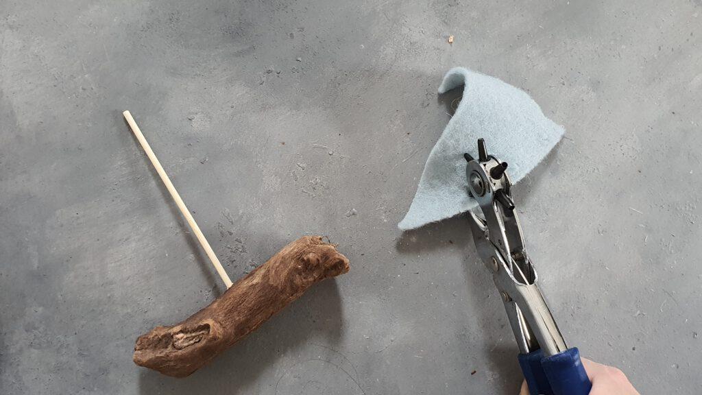 Holzboot basteln Schritt 4: Filz lochen