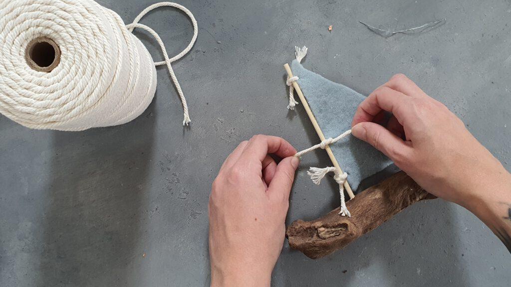 DIY Treibholz Segelboot Schritt 5: Segel an den Mast knoten