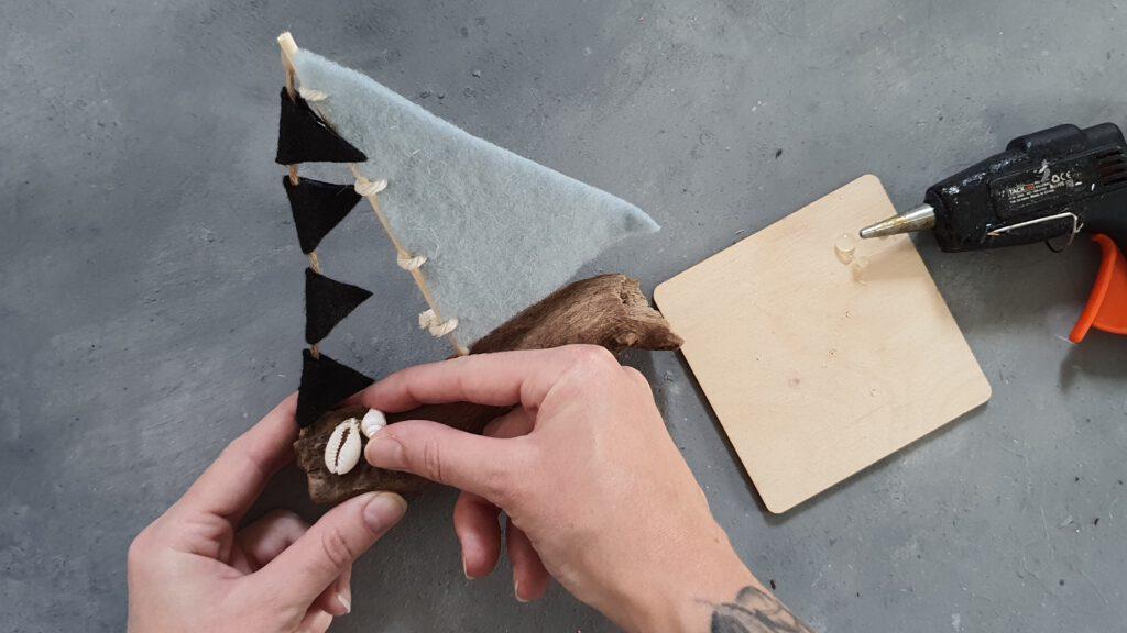 DIY Holz Segelboot Schritt 7: Muscheln auf das Treibholz kleben