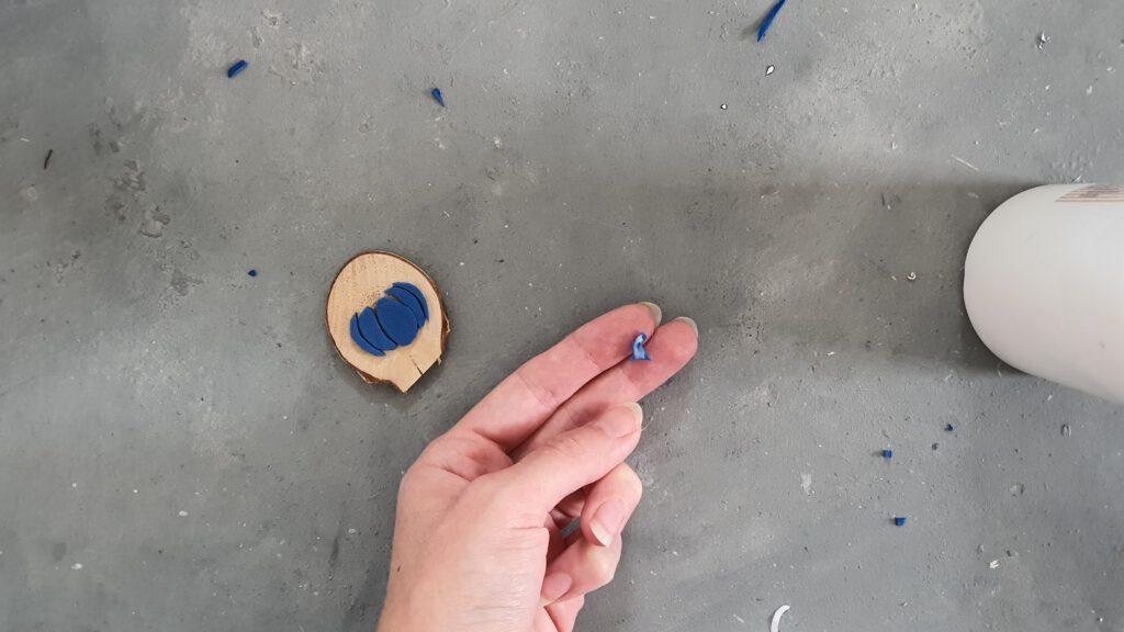 DIY Moosgummi Stempel Schritt 2: Moosgummi auf Holz kleben