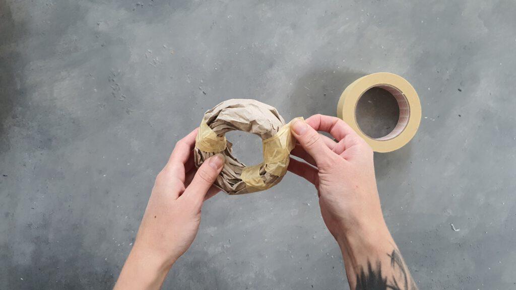 DIY Herbstdeko Schritt 1: Aus altem Verpackunsgmaterial einen Donut formen