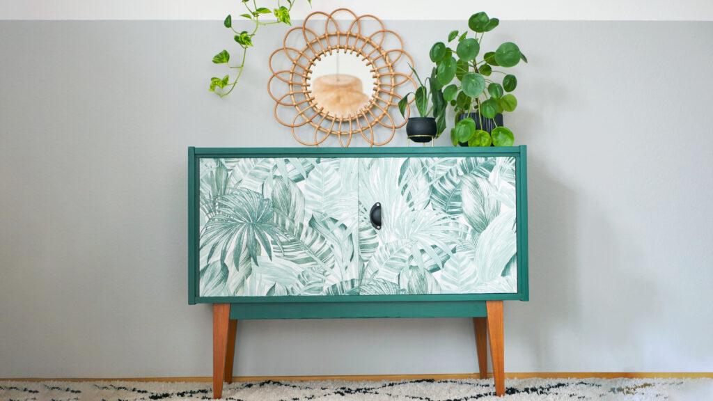 DIY Upcycling Kommode im Botanical Style mit Tapete mit Blätter-Muster