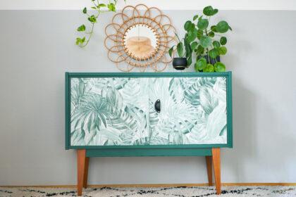 Upcycling Kommode im Boho Style mit Blätter-Tapete und grüner Farbe
