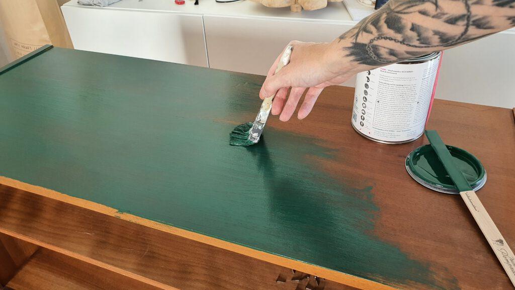 Upcycling Kommode Schritt 2: Möbel grün lackieren