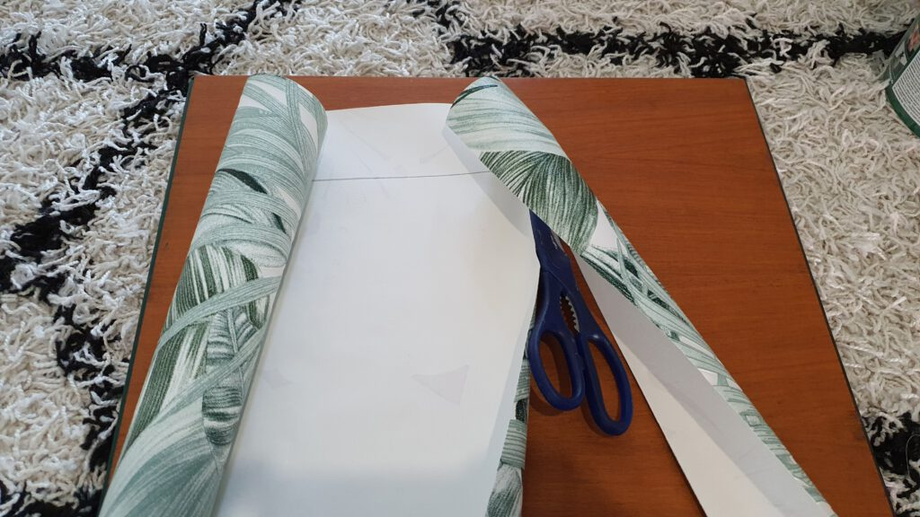 DIY Kommode tapezieren Schritt 3: Tapete zuschneiden