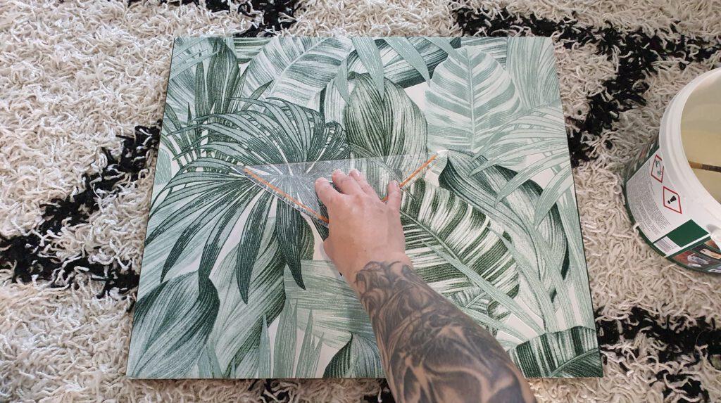 Altes Möbelstück lackieren und tapezieren Schritt 5: Tapetenkleister auf die Fronten auftragen und Tapete anbringen