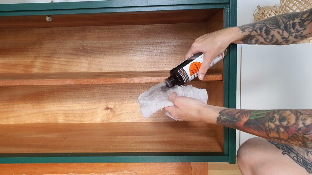 Alte Kommode aufmöbeln Schritt 6: Holz im Inneren polieren