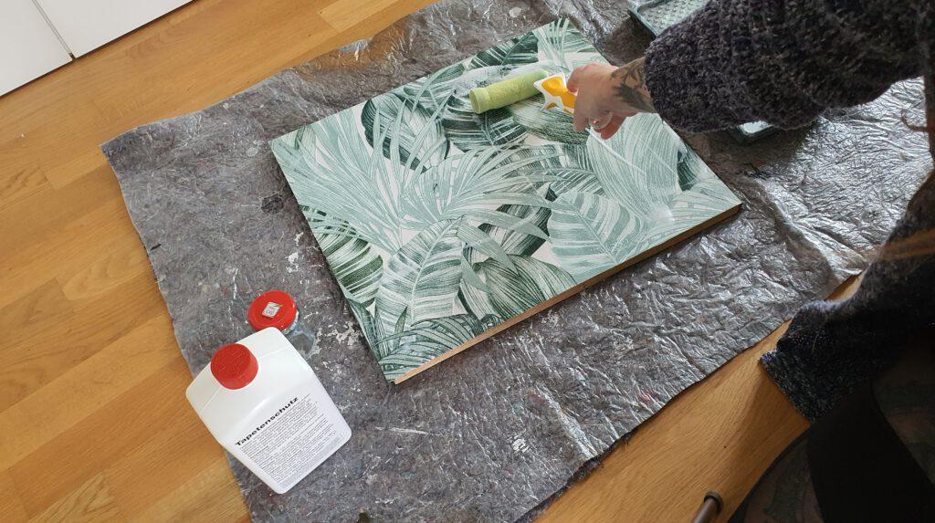 Upcycling alte Kommode streichen Schritt 7: Tapetenschutz auftragen
