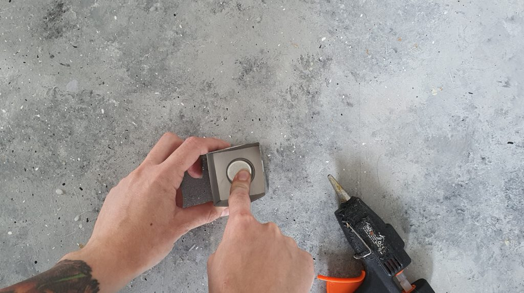 DIY Beton Kerzenhalter Schritt 2: Kerzentülle einkleben