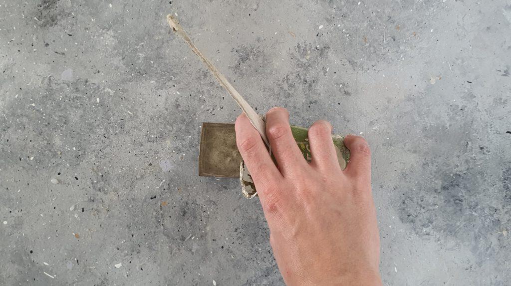 Beton Kerzenhalter basteln Schritt 3: Bastelbeton eingießen