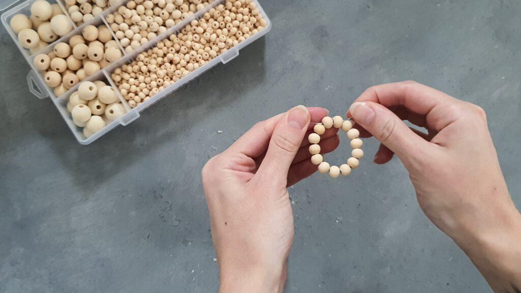 DIY Beton Holz Kerzenhalter: Perlen auffädeln