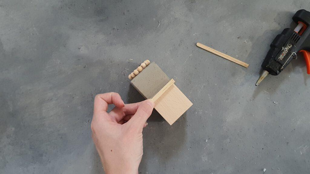 DIY Kerzenhalter aus Beton und Holz: Kanten verstecken