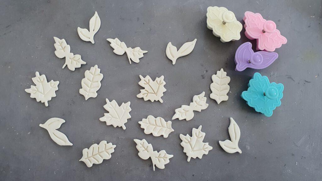 DIY Blätterkranz Schritt 1: Herbstlaub aus Modelliermasse ausstechen
