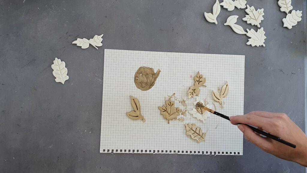Herbstkranz basteln Schritt 2: Blätter teilweise gold lackieren