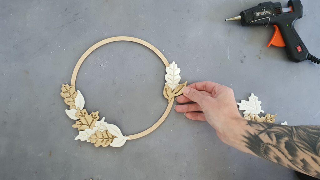 DIY Blätterring im Boho-Stil Schritt 3: Blätter auf den Holzring kleben