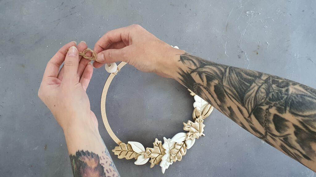 DIY Laubkranz Schritt 4: Aufhängung und Perle anbringen