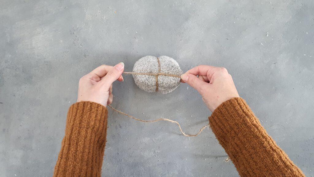 Sockenkürbis basteln Schritt 4: Mit Jutegarn umwickeln