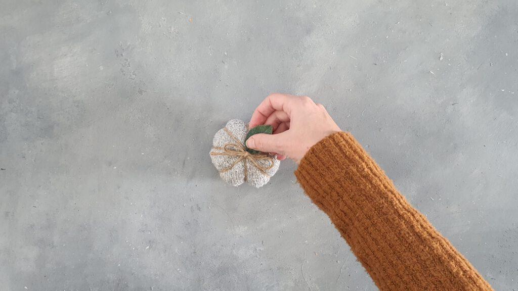 DIY Kürbis aus Socken ohne Zerschneiden Schritt 6 : Blatt einklemmen