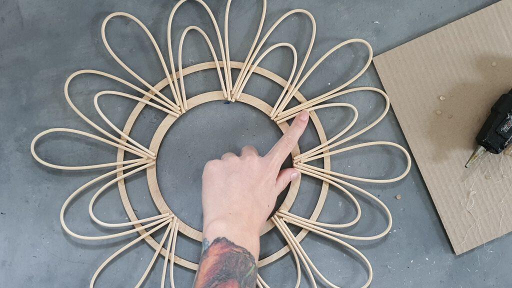 DIY Rattanspiegel Schritt 6: Großen Holzring aufkleben
