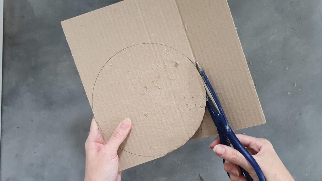 Spiegel basteln Schritt 8: Karton zuschneiden