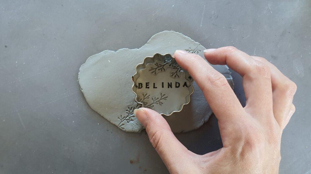 Upcycling Übertopf aus leerem Marmeladenglas Schritt 3: Modelliermasse ausstechen