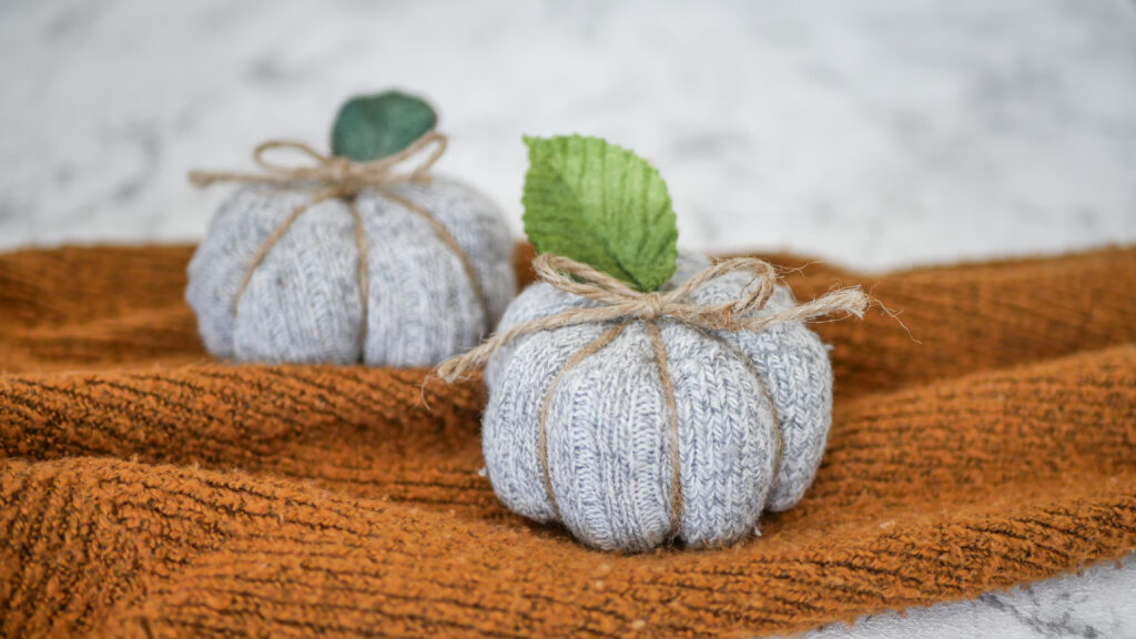 Schnelle Bastelidee für die Herbstdeko: Kürbis aus Socken ohne Zerschneiden
